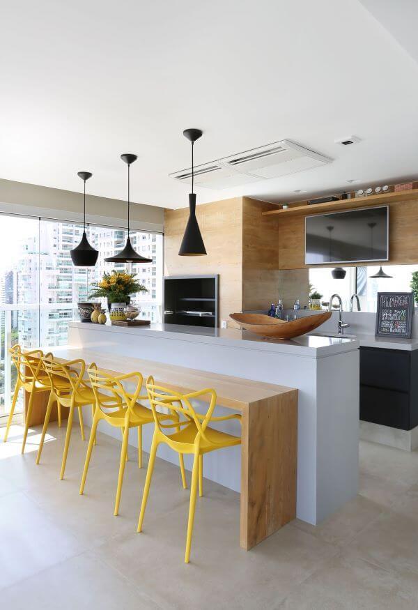 Varanda gourmet moderna com churrasqueira pequena e revestimento de madeira