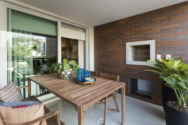 Casa com área gourmet e churrasqueira pequena de parede
