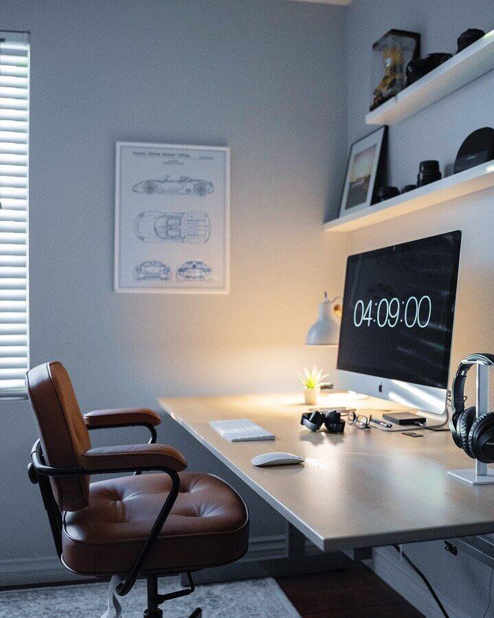 Luminária de mesa para decoração de home office Foto Unsplash