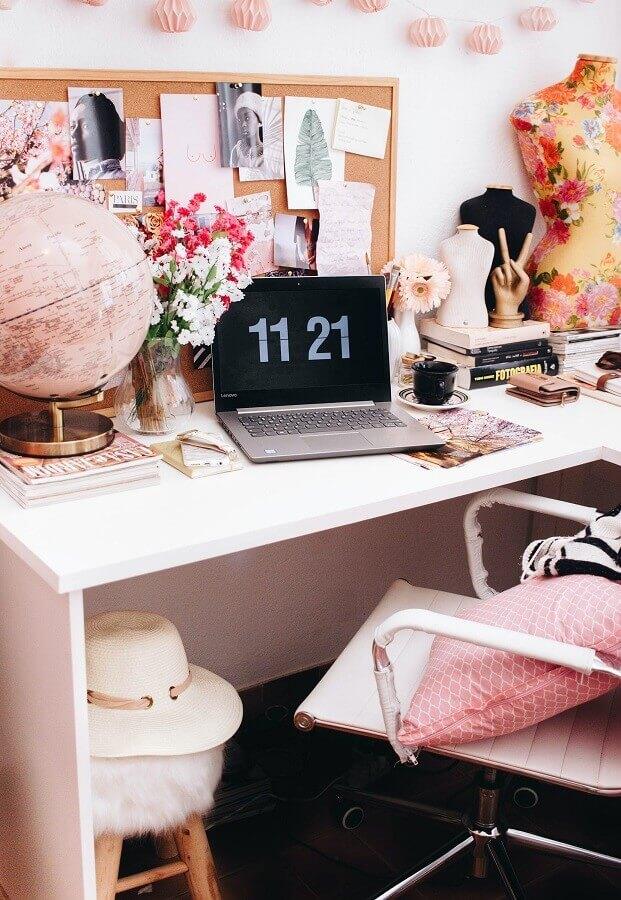 Decoração de home office rosa com vaso de flores e globo Foto Unsplash