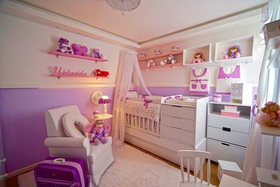 Berço com dossel de parede para quarto de bebe feminino decorado em branco e lilás Foto Andrea Bento