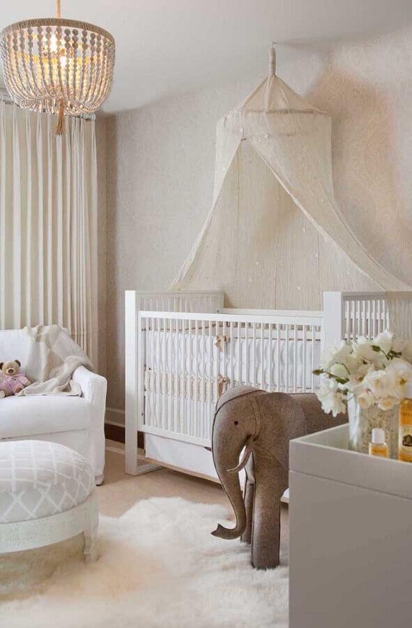 Berço com dossel de teto para decoração de quarto de bebê em cores claras Foto Decor Facil
