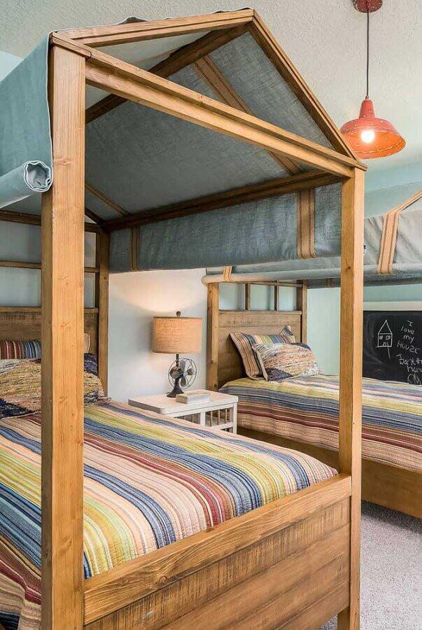 Cama com dossel de madeira para decoração de quarto de irmãos Foto Decor Facil