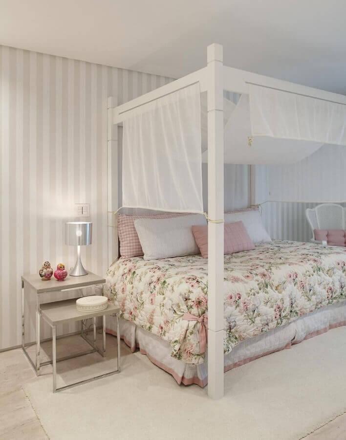 Cama com dossel para decoração de quarto feminino com papel de parede listrado Foto Izabela Lessa