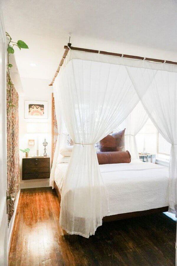Cama com dossel para quarto de casal branco decorado com criado mudo suspenso