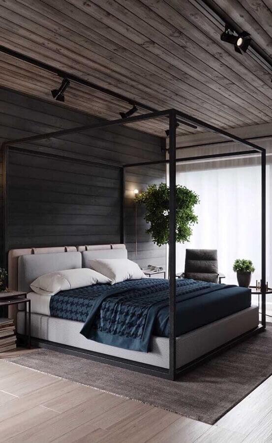 Cama com dossel para quarto de casal cinza decorado com teto de madeira Foto Apartment Therapy