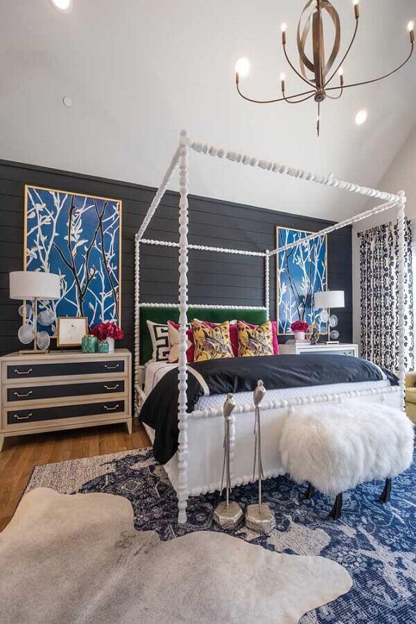 Cama com dossel para quarto de casal decorado com quadros grandes para parede preta Foto Houzz