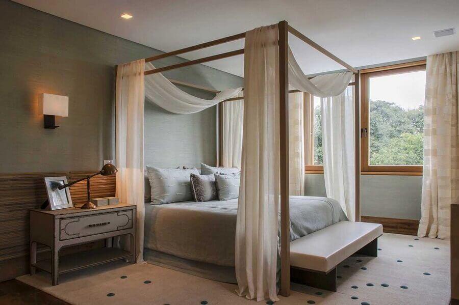 Cama com dossel para quarto de casal decorado em cores neutras Foto Denise Barretto