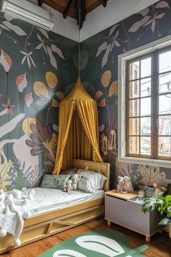 Cama com dossel para quarto decorado com papel de parede floral Foto Decor Petit