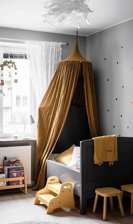 Cama com dossel de teto para decoração de quarto de infantil em tons de cinza Foto DecoRecent