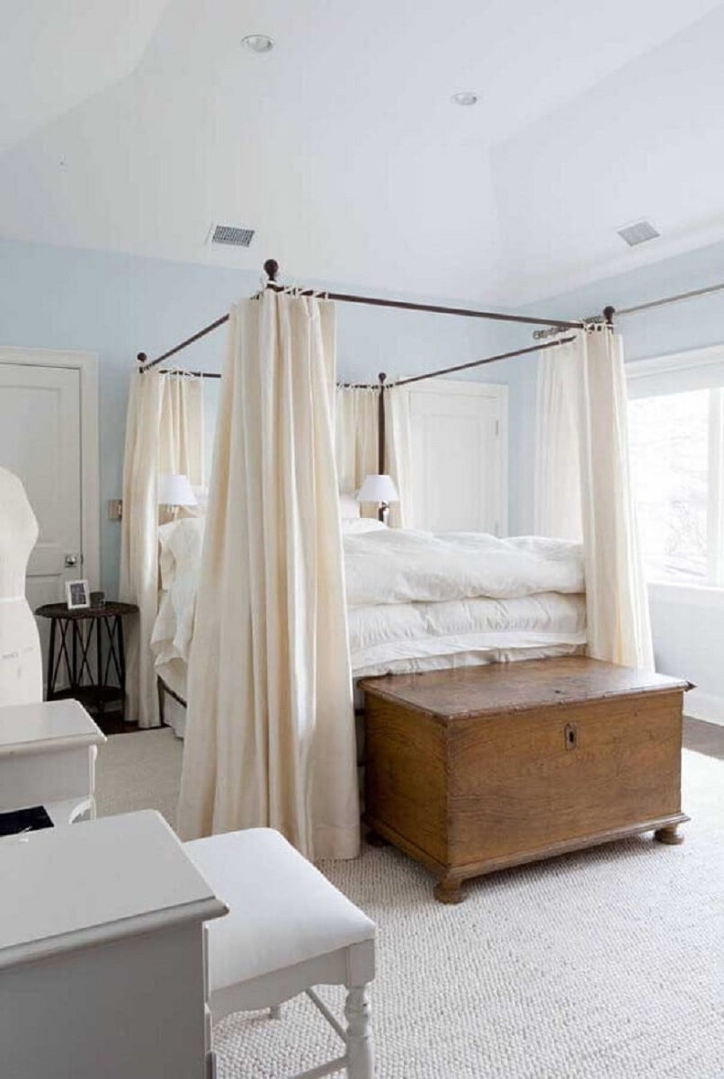 Decoração clean para quarto de casal com baú de madeira e mosquiteiro para dossel Foto Apartment Therapy