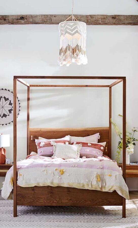 Cama com dossel de madeira sem mosqueteiro para decoração de quarto simples Foto Anthropologie