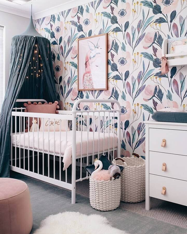 Dossel de teto para quarto de bebe decorado com papel de parede floral Foto Home Fashion Trend