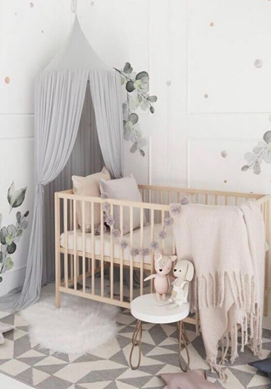Quarto de bebê cinza e branco decorado com dossel para berço de madeira Foto Nursery Decor e Design