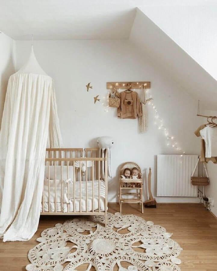 Quarto de bebê neutro decorado com dossel de teto para berço Foto Lidor