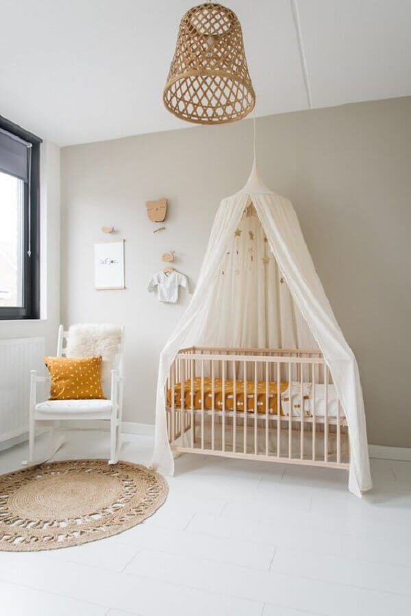 Quarto de bebê simples decorado com dossel de teto Foto DecoRecent