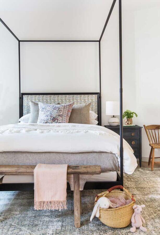 Quarto simples decorado com banco rustico e cama com dossel Foto Decor Facil