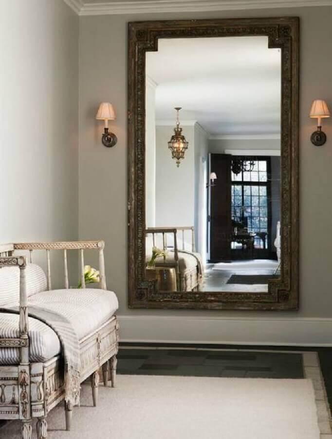 Modelo de espelho grande de parede com moldura antiga - Foto: Decorpad