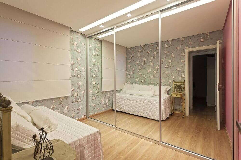 quarto de solteiro decorado com guarda roupa grande com espelho e papel de parede Foto The Holk