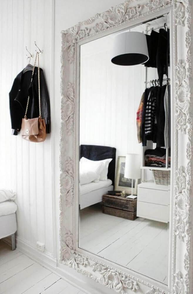 quarto decorado com espelho veneziano grande e branco Foto TheBoxtc