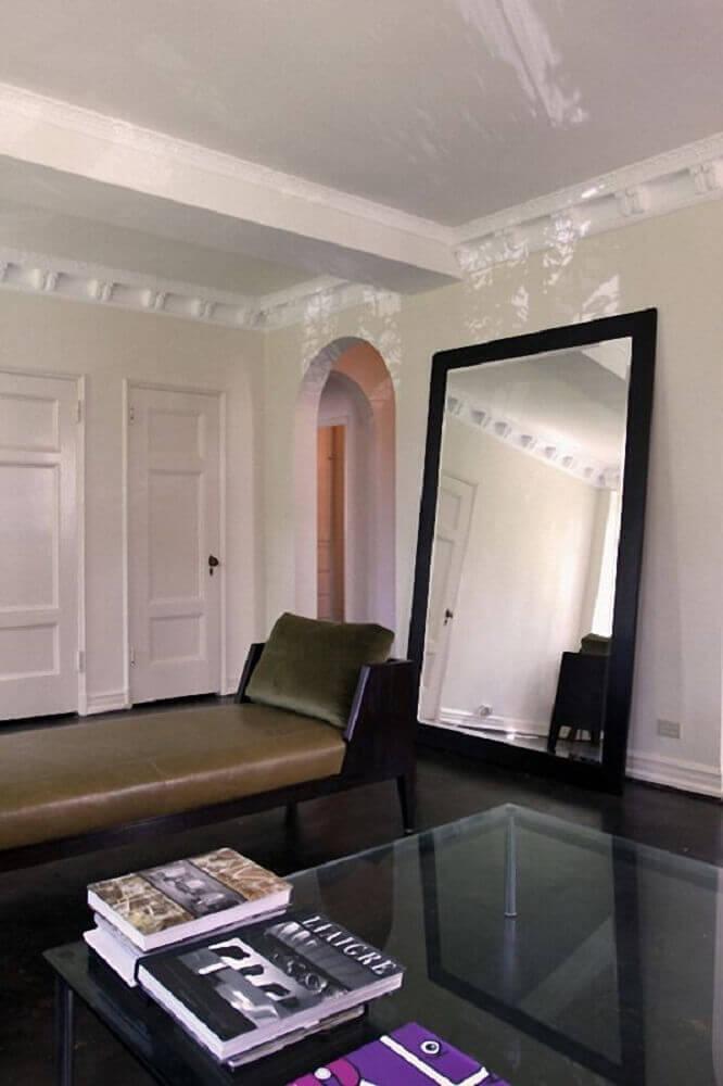 sala decorada com espelho grande com moldura preta Foto Desire To Inspire