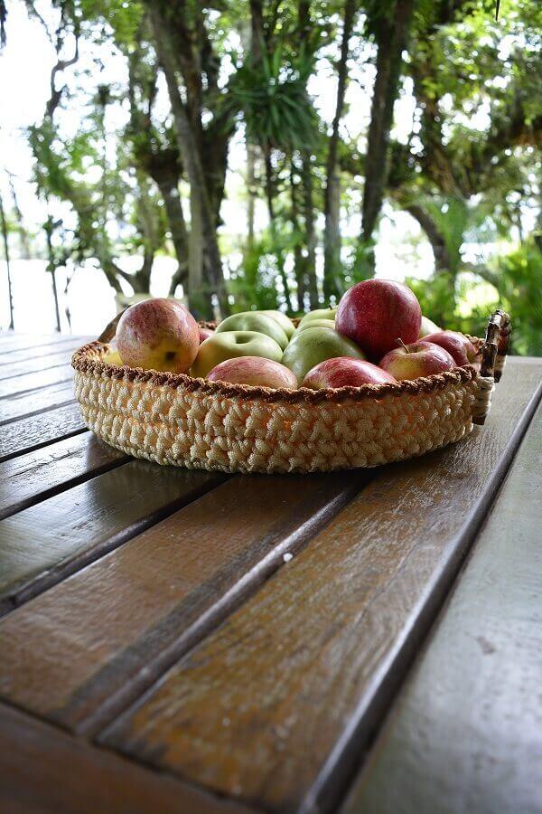 Mesa de madeira decorada com fruteira artesanal Foto Circulo