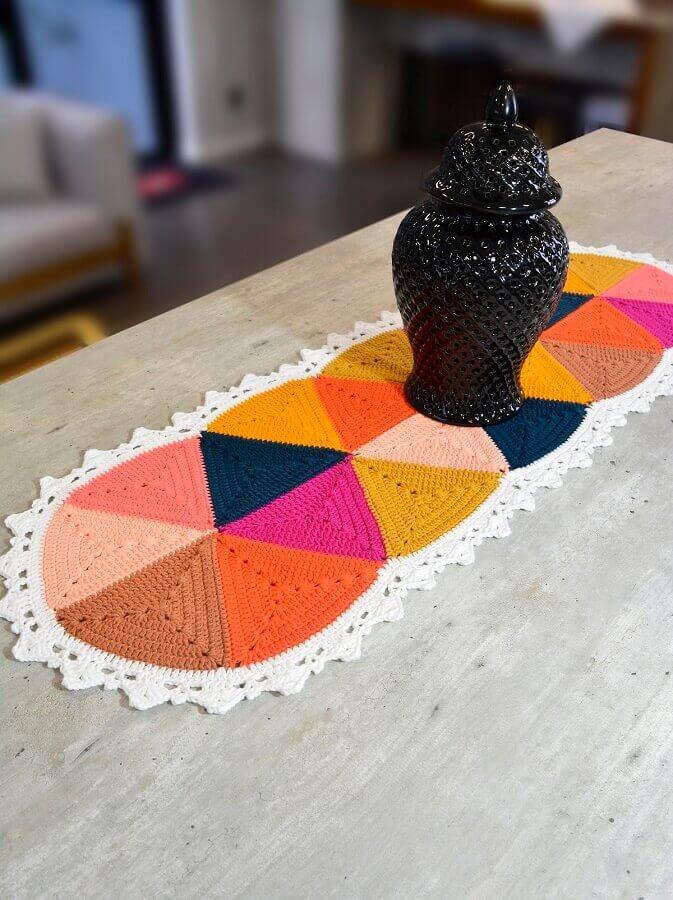 Decoração com trilho de crochê colorido para mesa Foto Circulo