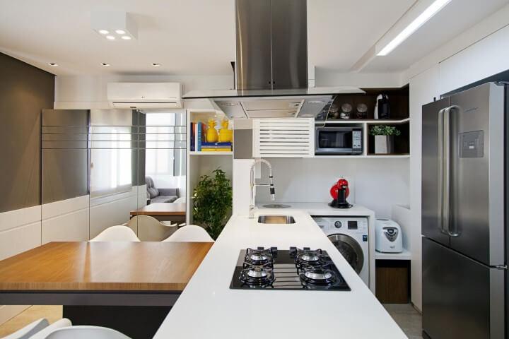 Loft pequeno com cozinha americana cooktop e mesa acoplada Projeto de Joana e Manoela