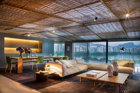 Loft com janelas amplas de vidro Projeto de Gisele Taranto