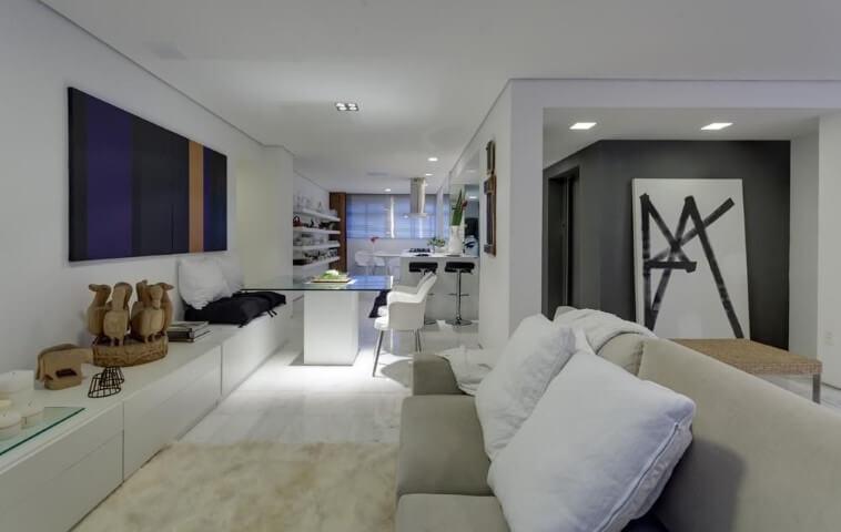 Loft com salas e cozinha integradas Projeto de Denise Macedo