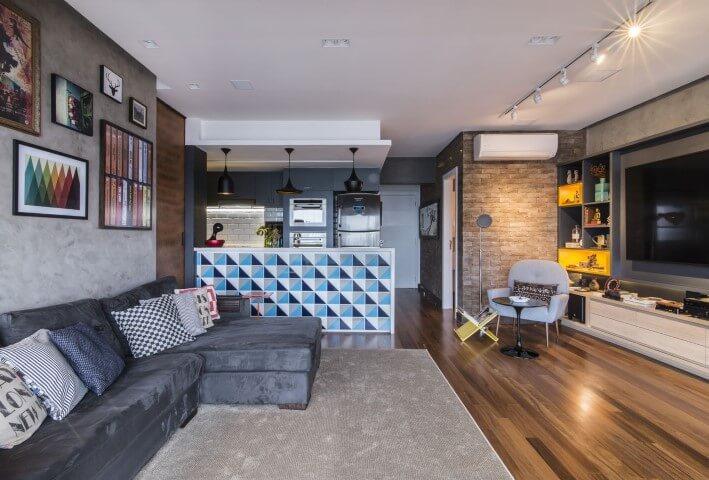 Loft com cozinha americana com bancada estampada Projeto de Pietro Terlizzi