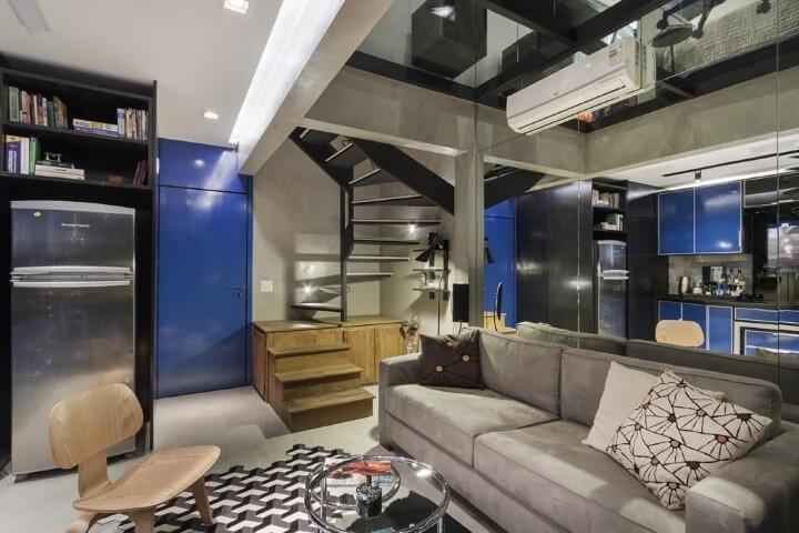 Loft com escada de madeira e de metal Projeto de Urbano Studio