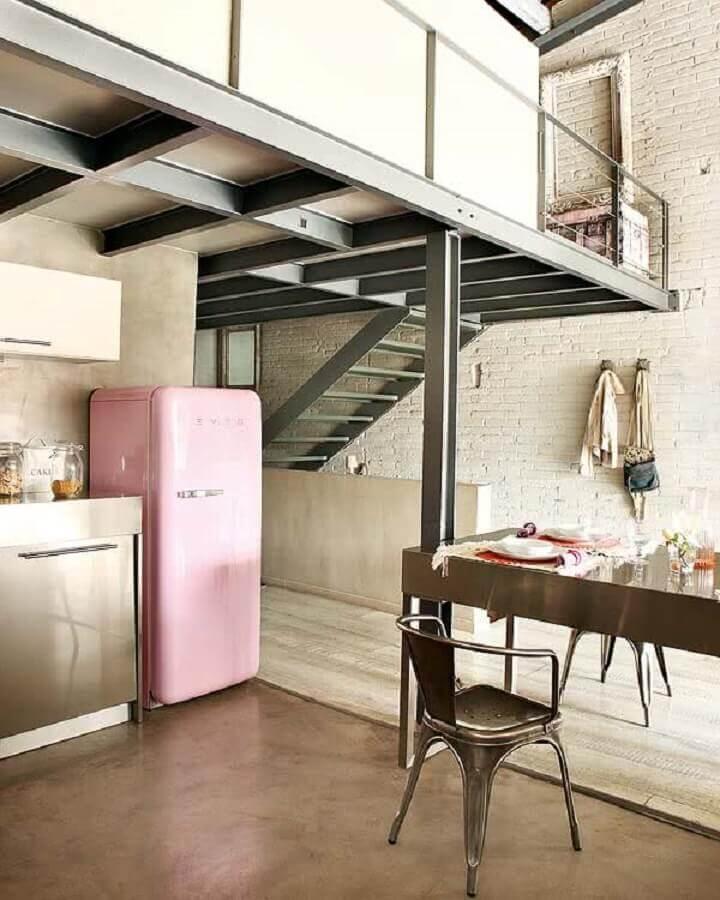 loft industrial decorado com geladeira rosa Foto Decostore