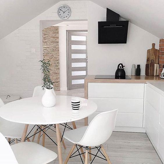 Cozinha com mesa eiffel branca e cadeira eames