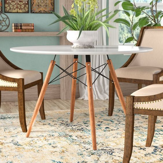 Mesa eiffel branca para sala de jantar com cadeiras estofadas