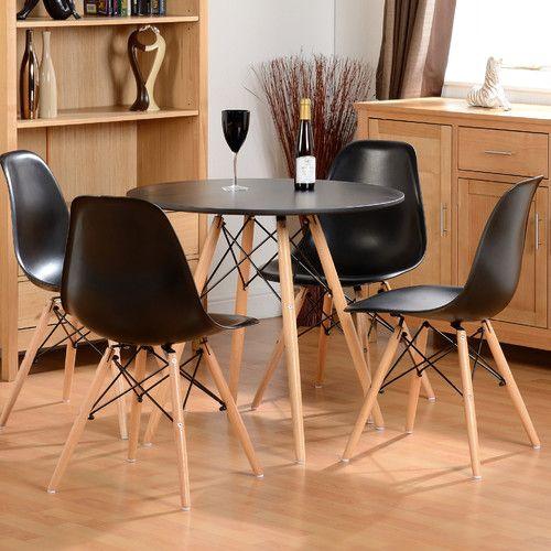 Mesa eiffel preta com cadeira eames