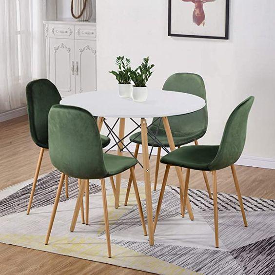Sala com mesa eiffel e cadeira verde