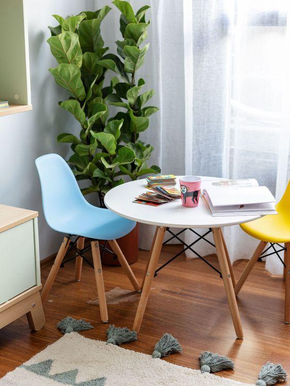 Sala pequena com mesa eiffel e cadeira cor de rosa