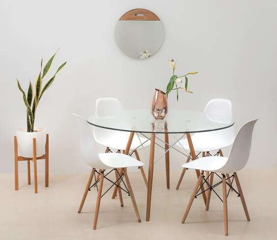 Sala de jantar com mesa eiffel com tampo de vidro