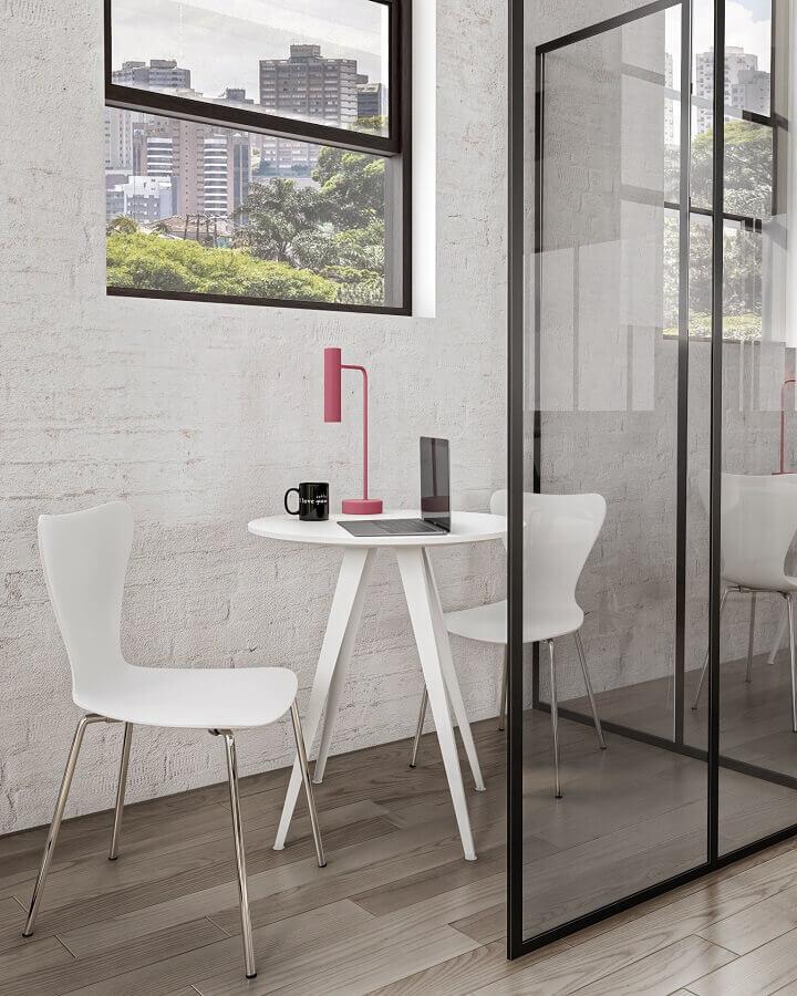 Escritório moderno decorado com mesa redonda pequena Foto Tok&Stok