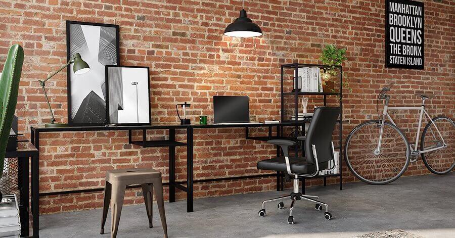 Escritório estilo industrial decorado com parede de tijolinho e mesa preta Foto Tok&Stok