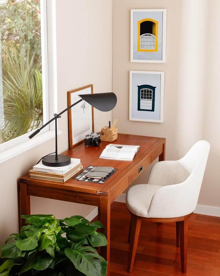 Home office decorado com luminaria moderna para mesa de escritorio de madeira Foto TokeStok