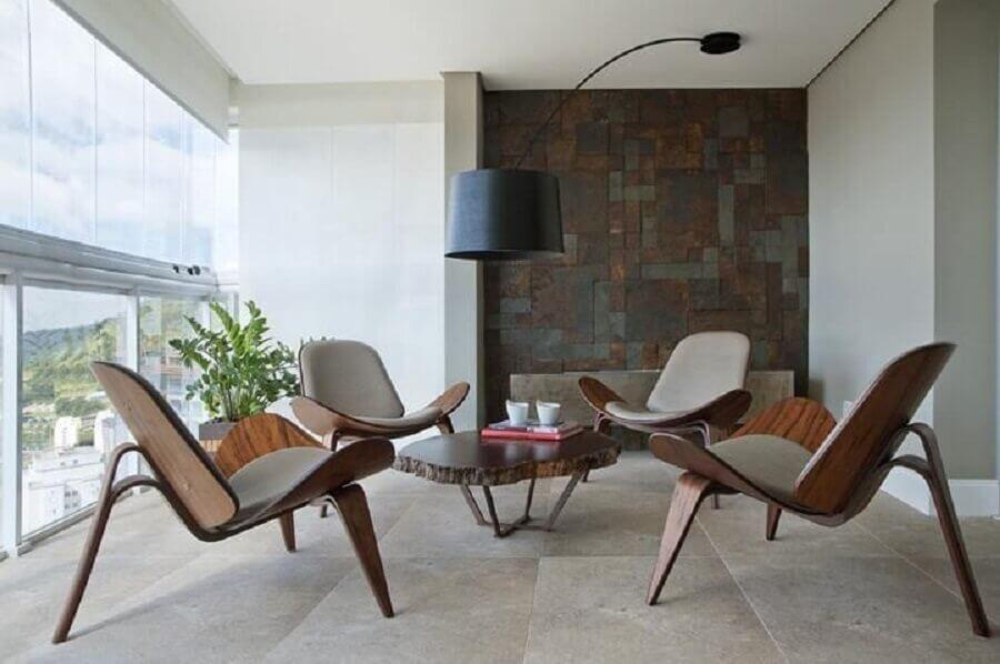 Decoração de varanda com mesa de centro e poltronas modernas e confortáveis Foto KTA Arquitetura
