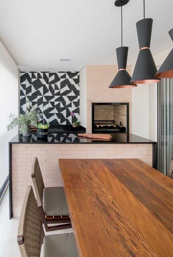 Mesa de madeira para área gourmet com churrasqueira pequena decorada com revestimento preto e branco Foto Decor Facil