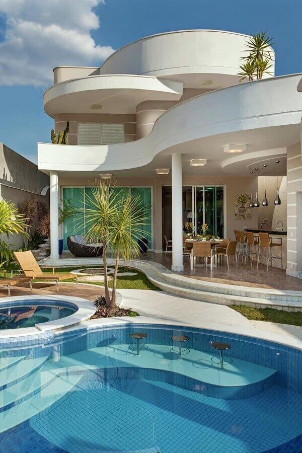 Cores claras para decoração de área gourmet com piscina Foto Homify