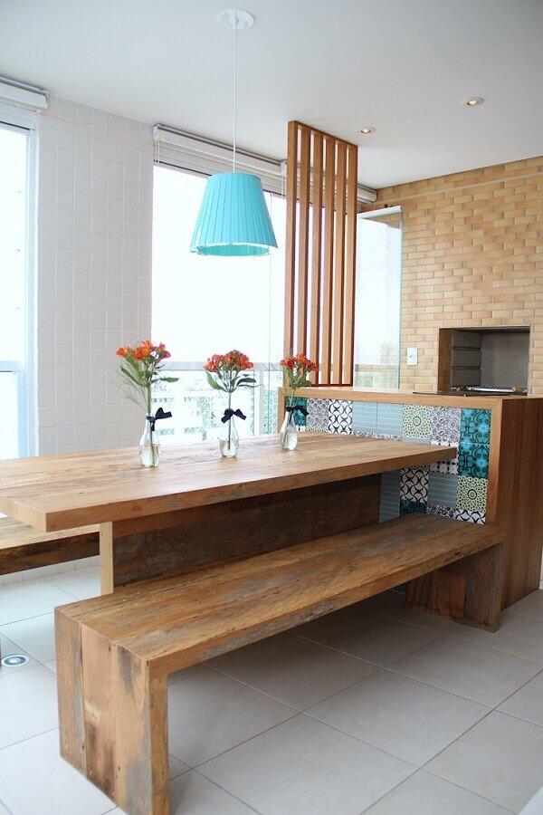 Decoração de área gourmet pequena e simples com mesa de madeira e parede tijolinho Foto Meyercortez Arquitetura e Design