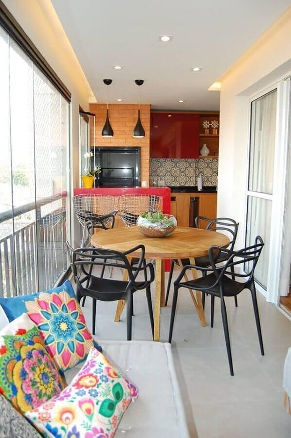 Mesa redonda de madeira para decoração de área gourmet pequena e simples Foto Casa Mais Bossa