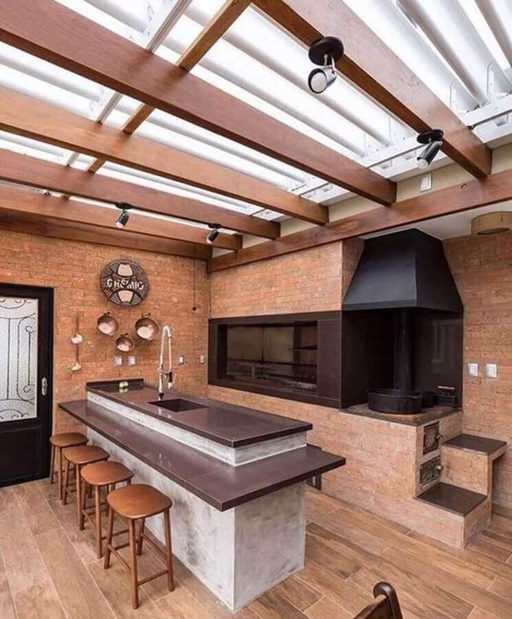 Parede de tijolinho para decoração de área gourmet rustica com churrasqueira preta Foto Inove Reformas e Construções