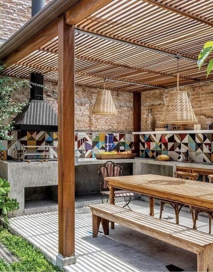Revestimento colorido para decoração de área gourmet rustica com luminária de fibras naturais Foto Monta Casa