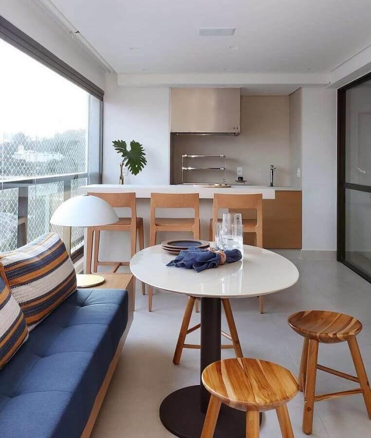 Sofá de madeira planejado para decoração de área gourmet moderna de apartamento Foto Decor Fácil
